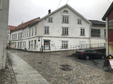 Sliten bygård: Nå kan dette store bygget midt i Tvedestrand sentrum rives, og erstattes med et nytt. Det vedtok lokalpolitikerne i Tvedestrand tirsdag. Foto: Marianne Drivdal