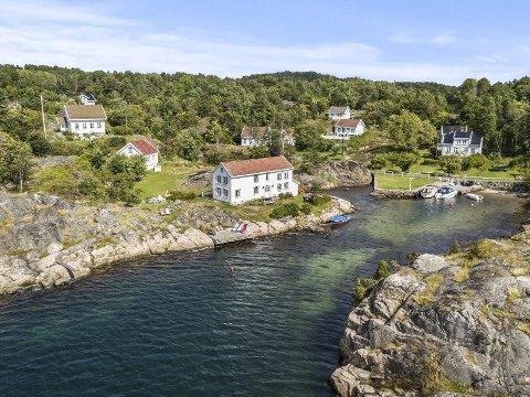 Borøy-eiendom: Leif Kahrs Jæger kjøpte den historiske bygningen midt i bildet i fjor. Politikerne er klare på at han må oppfylle boplikten, selv om det ikke har bodd noen fast her på 70 år.