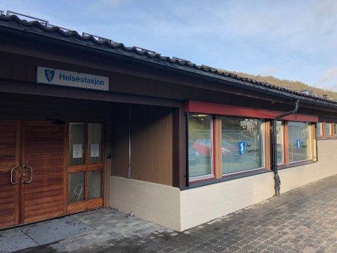 Kapasiteten på legekontoret på helsestasjonen i Åmli er mer enn sprengt. Det er flere hundre innbyggere som må oppsøke fastlege i en annen kommune.