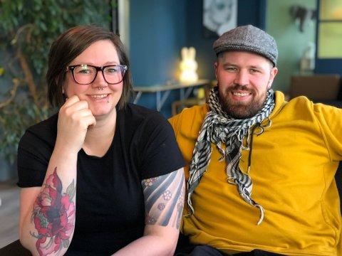 Janne Lindland og samboer Erlend Myhren på Bonzo Café tidligere i vinter. Besøket har vært bra fram til de ble rammet av koronakrisen. Nå er Janne Lindland rørt over den støtten folk har gitt på Bidra.no i dag. Arkivfoto