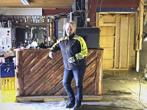 Jobber og står på: - I alle de 20 åra jeg har drevet har jeg alltid brukt overskuddet påå investere i pub'en,  forteller Maria Aanby ved Dags pub. I år blir det et kjempeløft, med ny romsløsning, nye toaletter og en opprustet uterestaurant. Foto: Siri Fossing