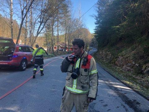 Utrykningsleder Rune Oland konstaterer at brannvesenet har fått kontroll på skogbrannen.