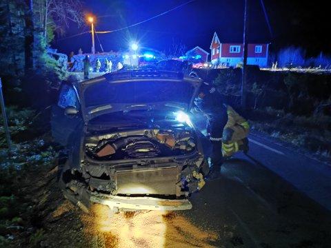 Alle nødetatene rykket ut til trafikkulykken nær Nes Verk. Bilen hadde fått store materielle skader, men sjåføren var søkk vekk. FOTO: BAARD LARSEN/FROLENDINGEN