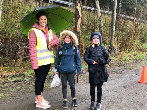 Blide store og små: Nina, Vilde og Linnea er glade for å være i gang igjen ved Dypvåg skole.