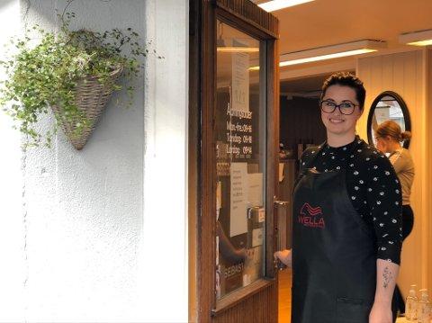 ÅPNET OPP: I slutten av april kunne Hege Bråthen Christensen endelig åpne dørene til Unni Frisør igjen. Det ble lange dager for henne og de ansatte, og ifølge regnskapet for 2020 klarte de å jobbe seg godt inn igjen.