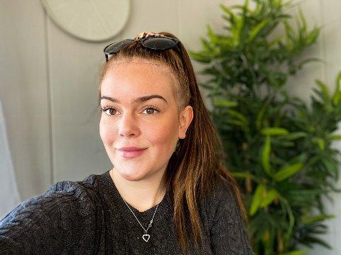 Malene Hansen (20) er den første og hittil eneste fra Tvedestrand som har testet positivt på covid 19. Hun sier det har vært viktig å holde motet oppe. Privat foto