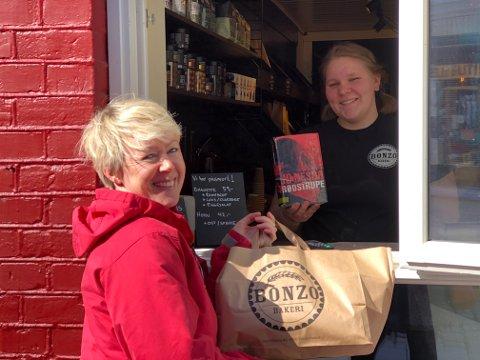 Bok og brød: På Bonzo Bakeri er det denne påsken mulig å få en dose krim med på kjøpet. Her handler Ida M. Haugen brød til helgen, og Elise viser frem alternativer fra bokkassa.