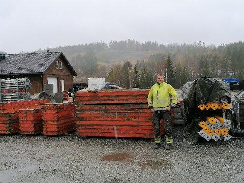 Roald Nilsen med en del av forskalingsutstyret som brukes i betongarbeidet. Han ønsker å bygge nytt lagerbygg ved Myrvang og er i dialog med Vegårshei kommune. I bakgrunnen sees bygget til Sundet Regnskap. Privat foto