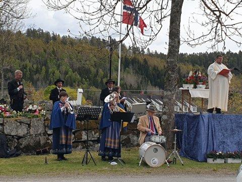 Kjell Lunde trådte til som trommeslager. Ellers spilte Elin Ann Øvensen og Sissel Andreassen.  T.h. prest Robert Knudsen