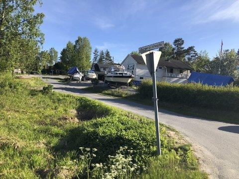 Har nektet å kjøre hit: Nå skal det bygges en rundkjøringen ved innkjøringen til Bergendalshøgda slik at bussene kan hente elevene og kjøre dem til Dypvåg skole. I dag foregår skoleskyssen med taxi. Foto: Marianne Drivdal