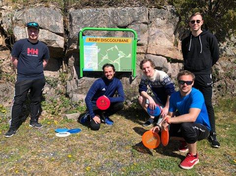 Ny hobby: Denne gjengen er aktive på den nye frisbee-golfbanen på Risøya. (f.v) Ola Røsås, Vetle Austvik, Sverre Kirsebom, Thomas Johansen og Helge Solberg. Alle i alderen 25-30 år.