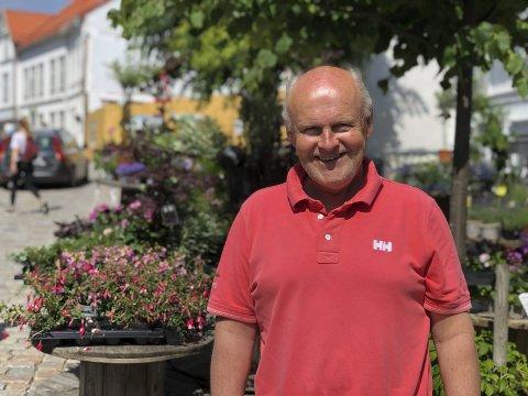 Viktig med pen by: Kjell Lunde ved Grisen Storsenter mener en pen by er viktig for å få besøkende hit. Han synes også det er viktig å vise at Tvedestrand har ett sentrum, og at Grisen Storsenter er en del av det sentrumet. Derfor gir Grisen Storsenter 10.000 kroner til prosjektet Blomstrende Tvedestrand. Foto: Siri Fossing