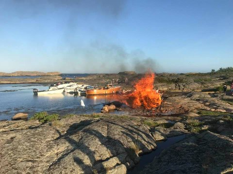 Etter en runde gjennom byråkratiet kunne bålet tennes på Flatskjæra i går kveld.