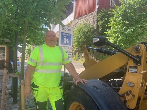 Fredag morgen satte Inge Ramleth opp gågateskiltet i Hovedgata. Og med det er sommeren offisielt i gang.