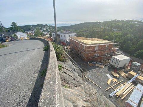 Byggearbeidene i Brunåsen har pågått siden desember 2018. Et anonymt varsel tyder på naboene begynner å gå lei. Han som står bak utbyggingsprosjektet, Svein-Erik Damsgård , forstår dem. Han er nærmeste nabo, og bor i huset til venstre i bildet.
