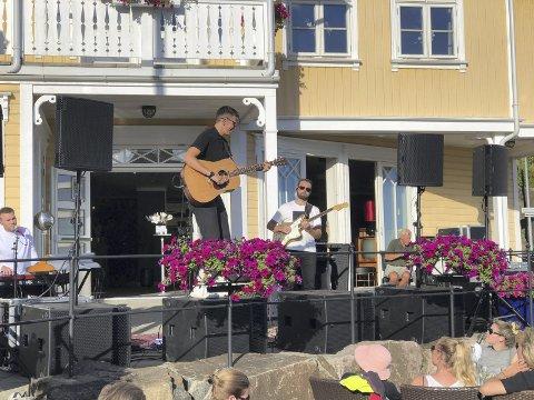 God trøkk: Josefin Winthers musikk er rolig, sart og personlig, men hun trøkker også på innimellom. Her står artisten oppe på høyttalerne med gitaren og koser seg. Foto: Siri Fossing