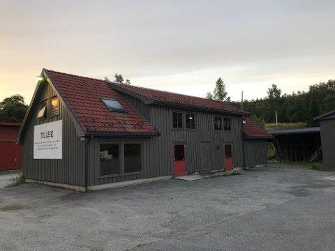 Tvedestrand vgs har nå flyttet ut av dette bygget på Fianesletta, og Andreas Lilleholt håper å få fylt lokalene med ny næringsvirksomhet.