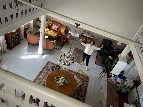 Kari i stua: I Frikirken i Tvedestrand er dte høyt under taket. Nå skal kvinnene som har kjøpt huset pusse det opp og bruke det som sitt kreativt fristed. Foto: Privat