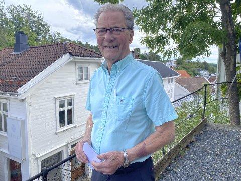 Arne Bjørnstad: 87-åringen er Norges eldste kommunestyremedlem. Nå gleder han seg over et stadig voksende vinfond.