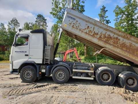 Audun Bjorvatten stilte opp i ferien sin med lastebilen til Nilsen Maskin, og kjørte masse. Foto: Per Ivar Hommelsgård