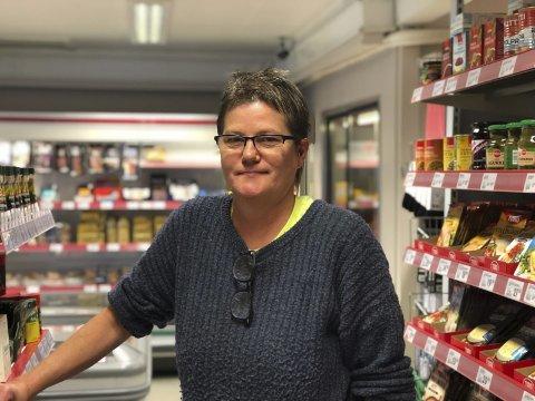Stolt av nærbutikken: Lisbeth Bjorå er stolt av det gode utvalget hun synes hun har i Nelaug Daglegvare. Men hun frykter for butikkens fremtid. Nå har den fått et lite oppsving, etter at koronaviruset har stanset mye av handelslekkasjen. Foto: Siri Fossing