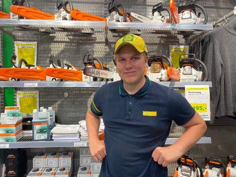 Entusiastisk: Martin viser gjerne frem motorsagene de har å tilby på Felleskjøpet.