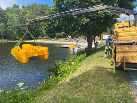 Terje Twedt fra kommunen heiser den ene av de to nye pedalbåtene på plass. I bakgrunnen ses den andre pedalbåten, som også ankom i dag.