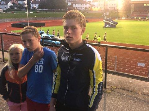 Vemund og Tor Myhre fikk prøvd seg på 10.000 meter baneløp i Kristiansand. Privat foto