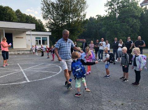 Velkommen: Rektor Frode Stiansen fikk fothilst på mange barn den første skoledagen.
