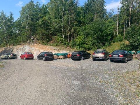 Med få parkeringsplasser til elevene på den nye videregående skolen,  er grusplassen i Sveiningsveien et ypperlig sted å sette fra seg bilene. Det er bare ett problem; de står ulovelig.