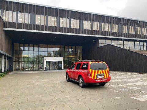 Brannvesenet i Tvedestrand måtte rykke ut til den nye videregående skolen i dag.