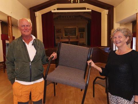Harald Woxmyhr og Torhild Hagen i Rådhusets Venner tok fredag i mot alle de nyrestaurerte stolene. Foto: Frode Gustavsen