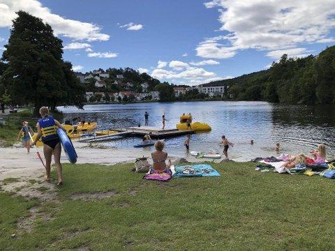 Ny runde med redusert tilbud: Sommeren 2020 ble det ingen baderigg i Tjennaparken. Det blir det heller ikke i år.