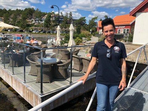 Stine Rønbeck  har hatt travle sommerdager som ansvarlig for driften på Hagefjordbrygga. Slik liker hun å ha det.