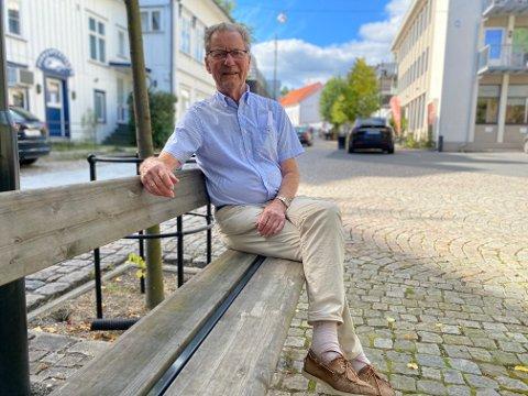 Norges eldste kommunestyremedlem, Arne Bjørnstad, samler inn penger til Astrid Gjertsens vinfond på Strannasenteret.