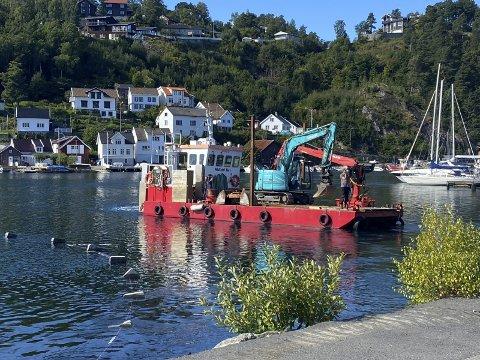Tangenbukta: Lekteren fra Midstøl Sjø AS kom på plass mandag. Torsdag stenger de av havna, for å legge ny kloakkkabel over sundet. Foto: Olav Loftesnes