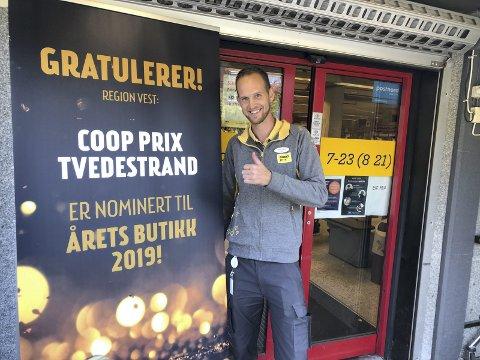 Fornøyd: Butikksjef Tom Eivind Hansen er glad for at Prix Tvedestrand er nominert til Årets butikk i region Vest, i konkurranse med 60 andre butikker. Mandag blir det avgjort hvem som vinner. To andre butikker er nominert. Foto: Marianne Drivdal