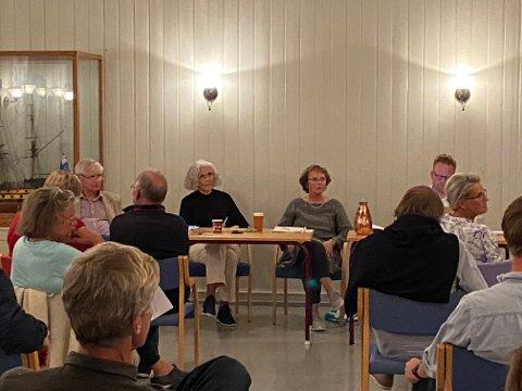 Oppvaskmøte: Det ble et langt møte med mange innspill mandag denne uken. Her styret i Lyngør Vel.