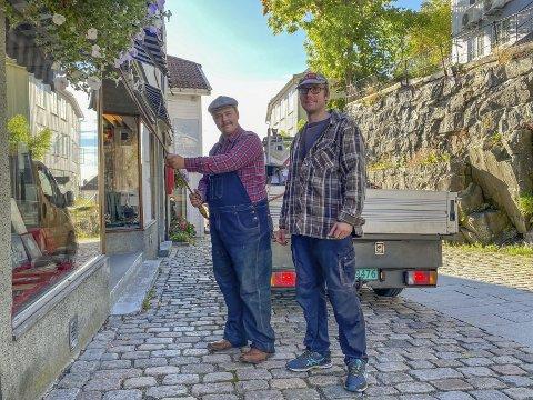 Fine fyrer: Bjørn E. Bøe og Leif Johnny Bråten har lagt bak seg sin første sesong som blomstervannere. Det eneste de ikke kommer til å savne, er kveldsjobbingen. Foto: Olav Loftesnes