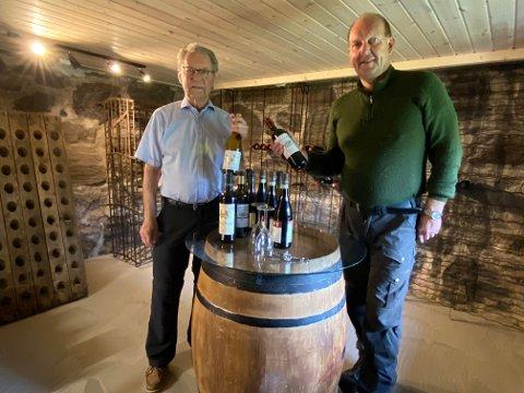 Edle dråper: Arne Bjørnstad og Einar Johnsen med et lite utvalg av flaskene de fikk ta med seg fra vinkjelleren på Vestervei. Foto: Olav Loftesnes