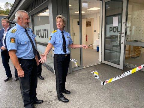 Ventetiden er over: Leder av Østre Agder driftsenhet, Jan Sverre Krogstad, og politimester i Agder, Kirsten Lindeberg, erklærer det nye lensmannskontoret for åpnet.