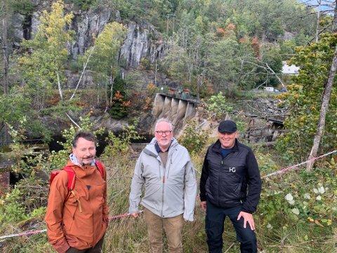 Steinar Pettersen fra Olje- og energidepartementet, Per Kristian Lunden, og daglig leder i Fossberg kraft, Tom Nilsen var i går på plass på befaring på Søndeled og Stifoss.