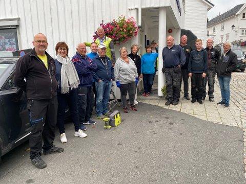 Klar for dugnad: Denne gjengen, samt noen flere som ikke rakk å bli med på bildet, bidro til å få ned de 70 blomsterpottene som næringsforeningen pynter byen med sommerstid.