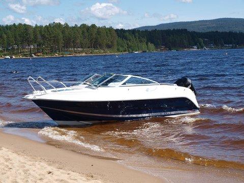 Det er en båt av denne typen politiet etterlyser. Mens båten på bildet er hvit og bl, er den etterlyste båten hvit og grå. Foto: Wikipedia