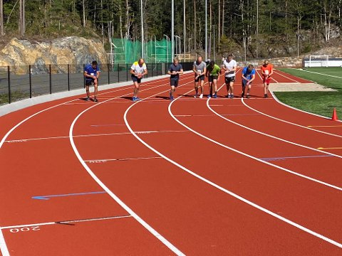 Her går starten på det første heatet på 3.000-meteren.  Vemund og Tor i de to innerste feltene. Vinneren, Per Voie, er nummer tre fra venstre.