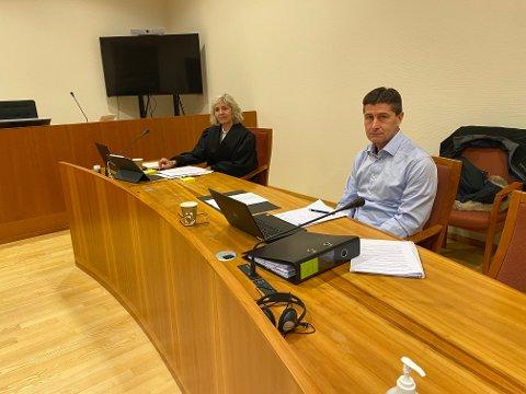 Advokat Erna Mikalsen Larsen representerer Vegårshei kommune i arbeidsrettssakene. Her fra den første saken, med kommunens HR- og organisasjonsansvarlig Knut Owing.
