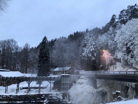 Kulda er spesielt synlig ved elva på Nes Verk for tiden.