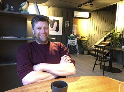 Hva nå?: Haakon Os bor sammen med familien sin i Dypvåg, og er leder av det lokale idrettslaget. Nå ønsker han å dra i gang et lokalt engasjement for å få ideer på bordet som sørge for en nyttig bruk av Dypvåg skole når den legges ned.  Foto: Siri Fossing