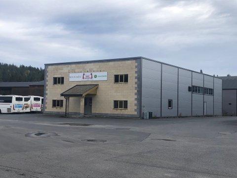 Det ledige næringsbygget ligger i industriområdet i Myra, nær Vegårshei Trevare og Vegårshei Trappeverksted.