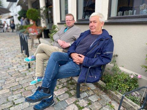 Lokalpolitikerne Yngve Monrad (tv) og Olaf Trysnes ønsker forbud mot leppefiske, fordi de mener det blant annet truer bestanden. De møter motstand fra flere hold.